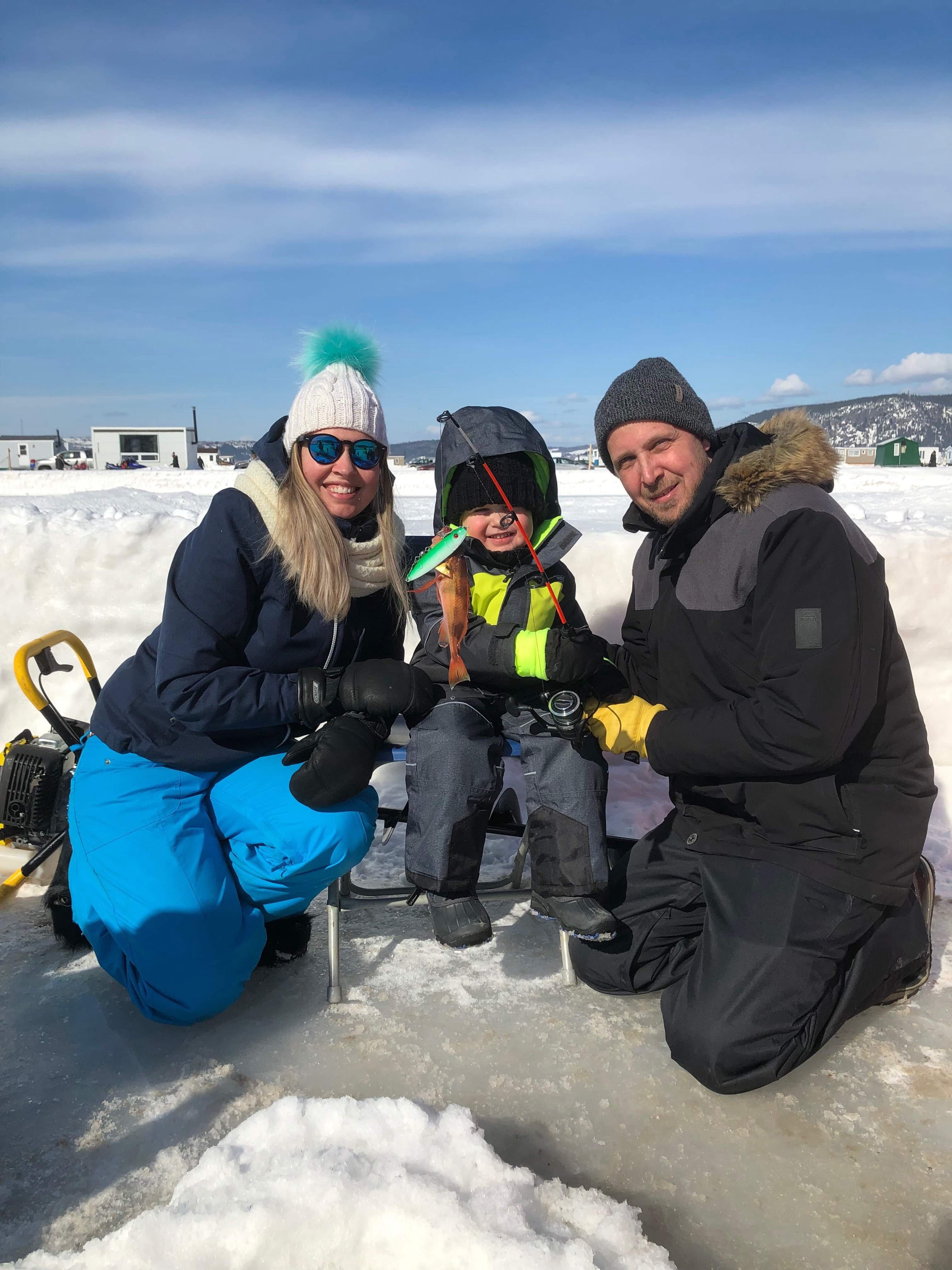 Pêche sur glace en famille